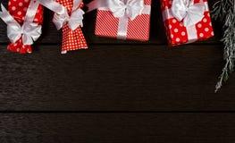 O fundo vermelho da caixa de presente do Natal do feriado, vista superior comemora o bi Fotos de Stock Royalty Free