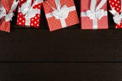 O fundo vermelho da caixa de presente do Natal do feriado, vista superior comemora o bi Imagens de Stock Royalty Free