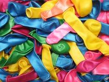 O fundo vibrante colorido de uma pilha do partido desinflado balloons nas cores do arco-íris ou do espectro para uma ocasião fest Imagem de Stock Royalty Free