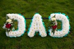 O funeral floresce o paizinho do tributo fotografia de stock