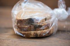O fungo expira sobre pão imagem de stock