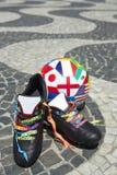 O futebol brasileiro carreg a bola de futebol internacional Foto de Stock Royalty Free