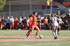 O futebol das mulheres do NCAA DIV III da faculdade Fotografia de Stock Royalty Free