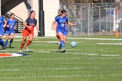 O futebol das mulheres do NCAA DIV III da faculdade Imagens de Stock Royalty Free