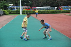O futebol de jogo dos meninos no centro de esportes do shekou de shenzhen Foto de Stock Royalty Free