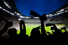 O futebol, fãs de futebol apoia sua equipe e comemora-a Fotos de Stock