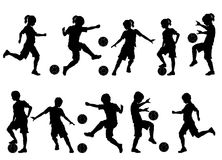 O futebol mostra em silhueta meninos e meninas da juventude Fotos de Stock Royalty Free