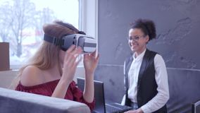 O futuro é agora, máscara internacional alegre do uso VR da menina dos amigos e tecnologia moderna do portátil para a realidade v filme