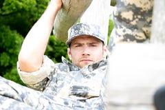 O fuzileiro naval, soldado em seu exército desgasta-se executa o treinamento físico sobre no curso do obsticle imagens de stock