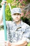 O fuzileiro naval, soldado em seu exército desgasta-se executa o treinamento físico sobre no curso do obsticle fotos de stock