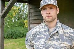 O fuzileiro naval, soldado em seu exército desgasta suportes à atenção na base militar fotos de stock royalty free