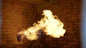 O gás está queimando-se para a água de aquecimento no sistema de fonte da água em campos de gás do óleo video estoque