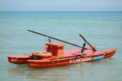 O gêmeo Hulled o salvamento do mar do barco a remos no mar Foto de Stock Royalty Free