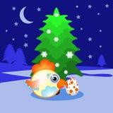 O galo, galinha, galo novo que um símbolo do abeto do ano novo 2017pod na neve com ovo manchado se senta na noite Um emblema no C Fotos de Stock Royalty Free