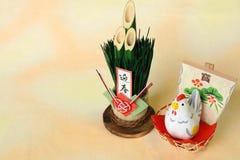 O galo japonês e o bambu do ano novo isolaram 2 Fotos de Stock