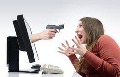 O gamer amedrontado da menina com monitores Fotografia de Stock Royalty Free