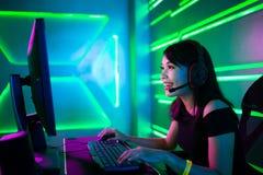 O gamer de Cybersport tem o c?rrego vivo foto de stock