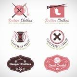 O gancho de confecção de malhas e faz crochê a cenografia do vetor do logotipo da loja da forma da roupa do vintage ilustração royalty free