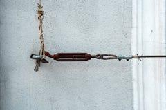 O gancho de parafuso da âncora guarda o cabo fotografia de stock royalty free