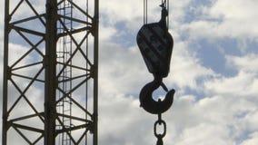 O gancho de um guindaste de construção filme