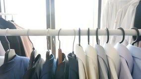 O gancho em uma loja com negócio masculino veste-se nele video estoque