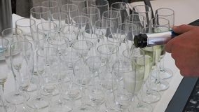 O garçom derrama o champanhe em vidros vídeos de arquivo