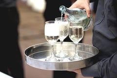 O garçom está derramando o vinho no vidro Fotos de Stock Royalty Free