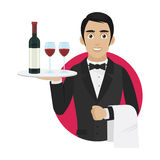 O garçom guarda a bandeja com vinho e vidros Foto de Stock