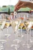 O garçom joga uma cobertura em vidros de vinho Fotografia de Stock Royalty Free