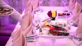 O garçom serve uma tabela no restaurante Os resultados das especialidades do restaurante vídeos de arquivo