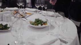 O garçom traz o prato com salada vídeos de arquivo