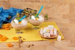 O gelado agita e loukoum em um fundo de madeira Petiscos com porcas e frutos Café da manhã bonito do verão foto de stock royalty free