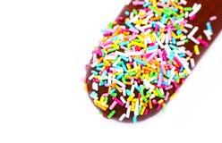 O gelado com chocolate, açúcar colorido polvilha, macro Foto de Stock Royalty Free