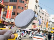 O gelado delicioso do taro na rua Foto de Stock
