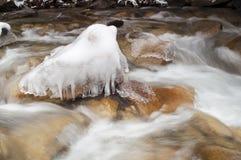 O gelo de água congelado rio de pressa balança mover-se da paisagem do inverno foto de stock royalty free