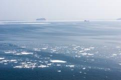 O gelo flui no mar do norte escuro Fotografia de Stock