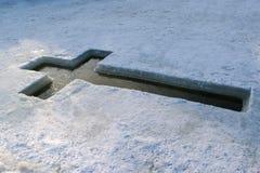 O gelo lago no 19 de janeiro, sob a forma de uma cruz preparada Imagens de Stock Royalty Free