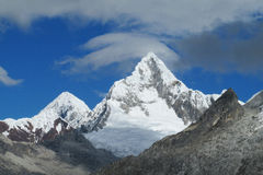 O gelo rochoso e da neve cobriu a cordilheira do BLANCA de Cordilheira nos Andes fotografia de stock royalty free