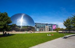O geode na cidade da ciência e da indústria no parque de Villette, Paris, França imagens de stock