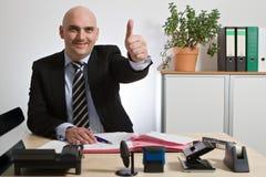 O gerente bem sucedido sustenta o polegar Fotos de Stock Royalty Free