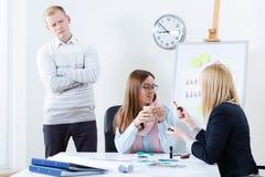 O gerente descontentado procura trabalhadores Imagem de Stock