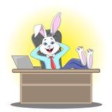 O gerente do coelho em um terno do ` s do homem senta-se na tabela do escritório, tendo ilustração do vetor