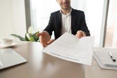 O gerente do recrutamento oferece o acordo de emprego foto de stock royalty free
