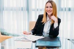 O gerente do trabalho da senhora do negócio documenta o escritório fotografia de stock