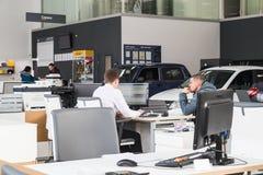 O gerente e o cliente na sala de exposições da planta de carro AVTOVAZ do russo do negócio nomearam SeverAvto na cidade de Kirov  Fotografia de Stock