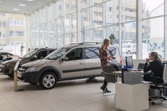 O gerente e o cliente na sala de exposições da planta de carro AVTOVAZ do russo do negócio nomearam SeverAvto na cidade de Kirov  Imagens de Stock