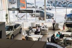 O gerente e o cliente na sala de exposições da planta de carro AVTOVAZ do russo do negócio nomearam SeverAvto na cidade de Kirov  Imagens de Stock Royalty Free