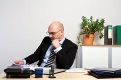 O gerente estuda seus originais Fotografia de Stock