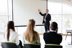 O gerente faz uma apresentação para a equipe, Fotos de Stock