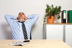 O gerente inclina para trás relaxado Fotografia de Stock Royalty Free